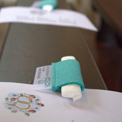 Für die Freudentränen: Kleine Rolle aus Filz mit Schildchen aus Transparentpapier.