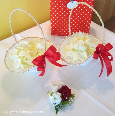 Streukörbchen, gefüllt mit frischen Rosenblütenblättern