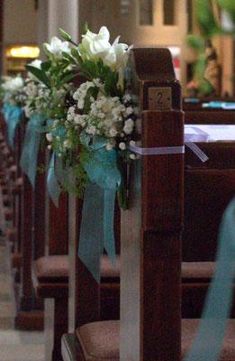 kleine Bouquets als Bank-Deko für den Brautweg