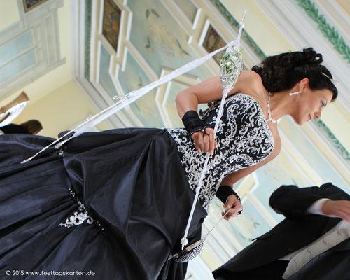 WOW!! Das ausgefallene Brautkleid in Schwarz verlangt nach einem ganz besonderen Brautstauß: Die Brautspindel