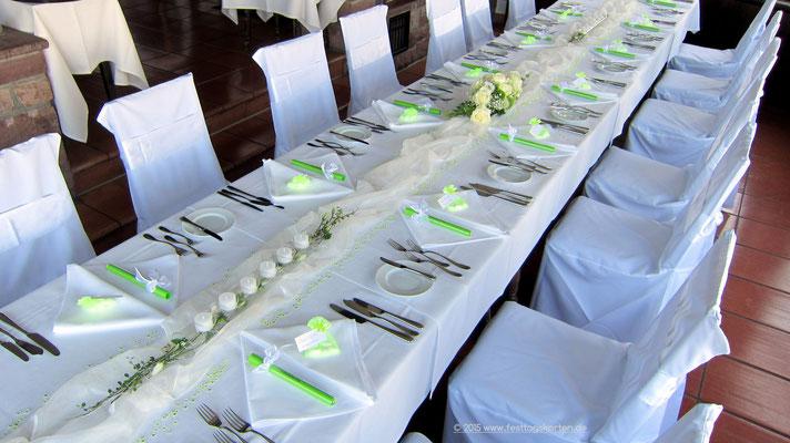 Tischdekoration: Organzastoff drapiert, 6er Teelichtröhre, Menükarten in Glasröhrchen, Gastgeschenke Hochzeitsmandeln in Organzabeutelchen
