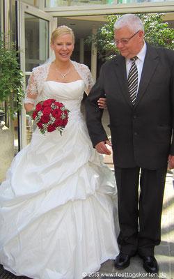 Rund gebundener Brautstrauß, rote Rosen mit Schleierkraut.
