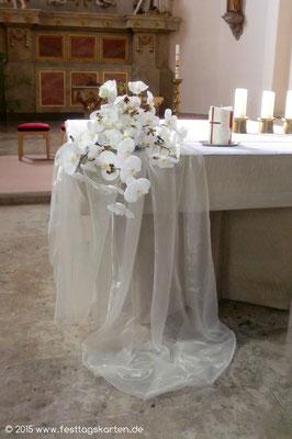 Altarschmuck: Gesteck aus Weißen Orchideen auf drapiertem Organza, Traukerze
