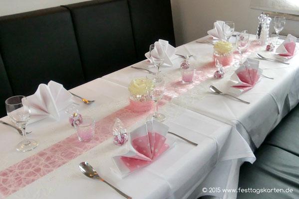 Tischdekoration zur Tauffeier: Tischbänder im overlay, hübsch gefaltete Servietten, solitäre Rosenkopf Gestecke, Teelichtgläschen mit farblich abgestimmten Dekoperls