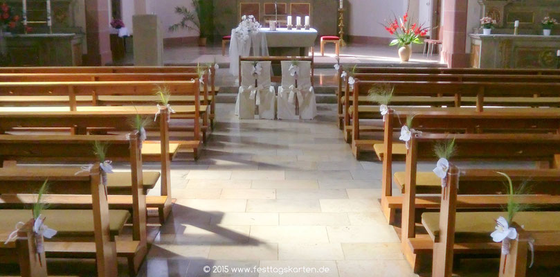 Kirchendekoration: Altarschmuck, Ehrenplatz und Bankschmuck mit Weißen Orchideen und Gräsern