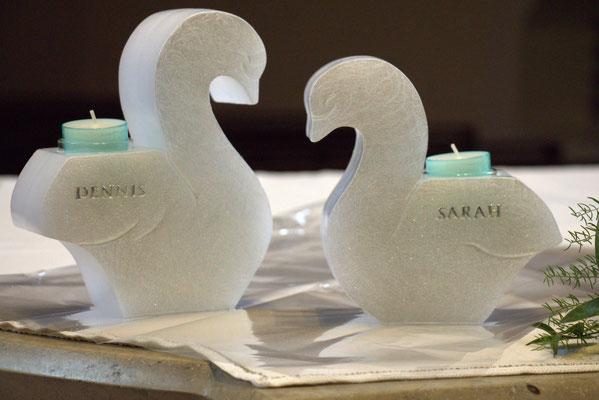 Hochzeitskerze in Form von 2 Schwänen. Teelicht-Einsatz mit farblich passendem Teelicht in Türkis