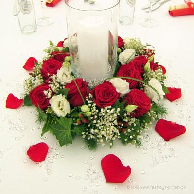 Rosenkranz mit Zylinderglas und weißer Stumpenkerze