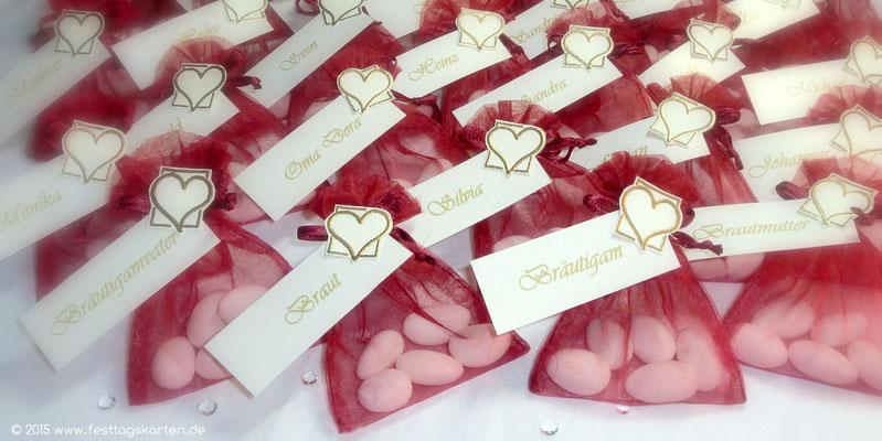 Hochzeitsmandeln im Organza Säckchen, mit Namenschild und Embossing Herzchen, als Tischkarte