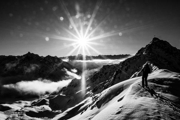 Im ersten Morgenlicht sucht sich Micha Doberstein eine Line an der zamangspitze
