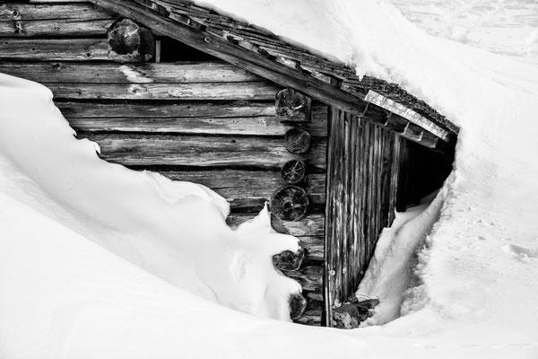 Verschneite Hütte an der Alpe Alpila