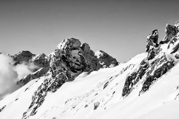 Seitenblicke - Fantastische Steinformationen mit Schnee am Grasjoch