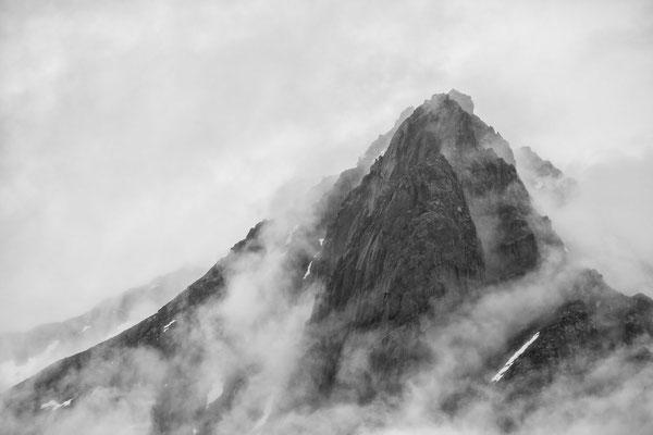 Nebelwaden am namenlosen Gipfel auf den Lofoten