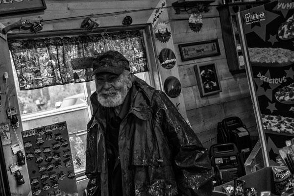 Im Nowhere ein kleiner alter Shop mit urigen Typen