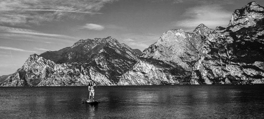 Stand up paddling auf dem Gardasee vor toller Kulisse