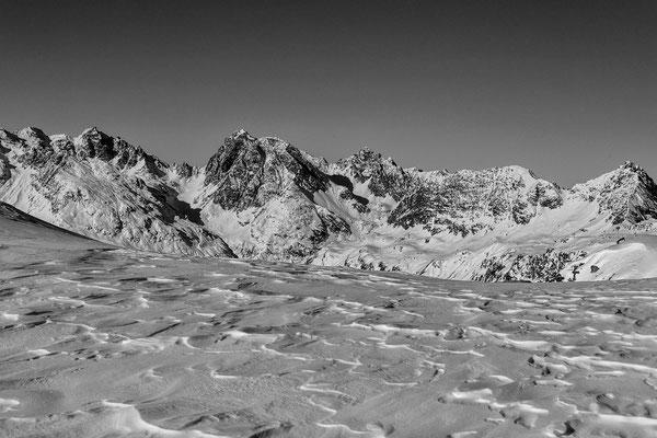 Im Mittelpunkt leicht links der Hochmaderer über dem Vermuntsee und ganz links die Valgraggesspitze