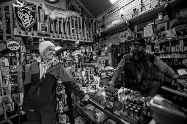 Im Nowhere ein kleiner alter Shop mit urigen Typen 2