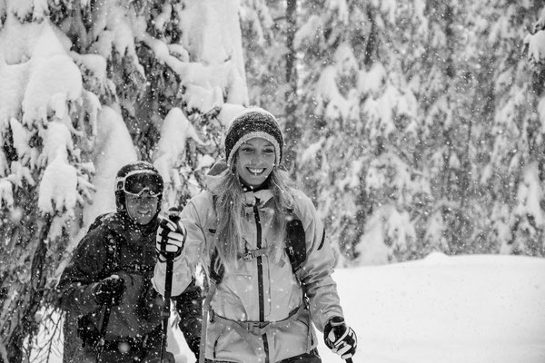 Christi und Martina haben sichtlich Spaß im dichten Schneefall