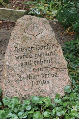 Gedenkstein für  den 2005 verstorbenen  Gründer des Bindengartens, Lothar Kranz.
