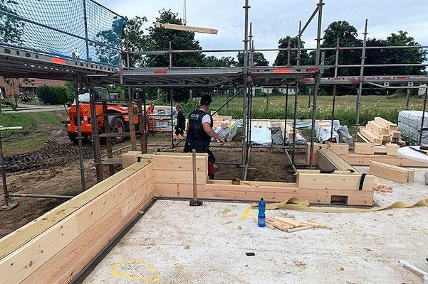 Für den Erfolg eines einwandfreien Montageablaufs ist eine sorgfältige Montage der ersten Blockbohlen ein Muss - Holzhaushersteller - Kostenlose Fachberatung