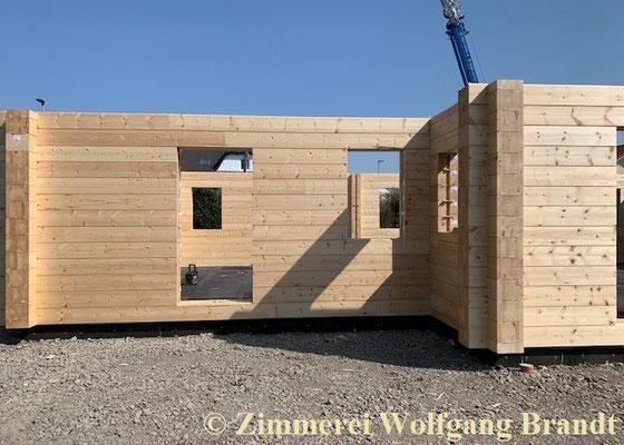 Blockhausbau - Alle Blockbohlen der Außenwände des Erdgeschosses vom Blockhaus wurden von der Zimmerei Holzbau Brandt fertig montiert
