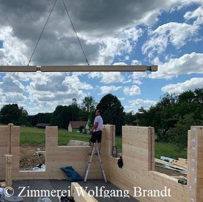 Die Handwerker montieren die schweren Blockbohlen immer mit Hilfe eines Krans - Blockhäuser – Architektenhaus - Balingen - Ludwigsburg - Heilbronn – Pforzheim - Marktredwitz - Donau - Weißenburg - Traunstein - Rothenburg - Nördlingen - Neu-Ulm - Neumarkt