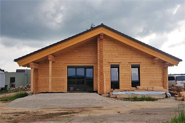 Das Holzhaus in massiver Blockbauweise in Bayern ist fertig - Einfamilienhaus
