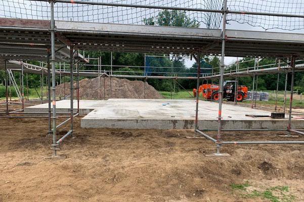 Für die Montage eines Blockhauses ist ein einwandfreies Fundament erforderlich. Für einen einwandfreien technischen Holzschutz soll der sichtbare Teil des Sockels mindestens ca. 30 bis 35 cm hoch sein.