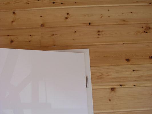 Innentüren in Weiß - Wohnblockhaus - Holzhaus in Blockbauweise - Blockhäuser zum Wohnen - Hessen - Bielefeld - Münster - Osnabrück - Hannover - Hausbau  - Ökologisches Bauen mit Holz
