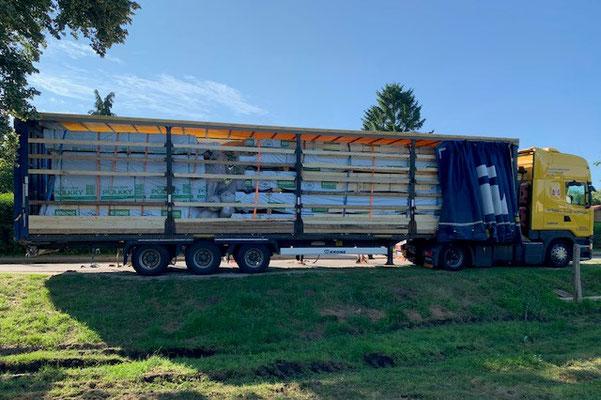 Der erste Megatrailer ist auf der Baustelle in Mecklenburg-Vorpommern pünktlich angekommen - Das Bauen des finnischen Blockhauses (Einfamilienhaus) kann beginnen. Blockhausbau mit Profis.