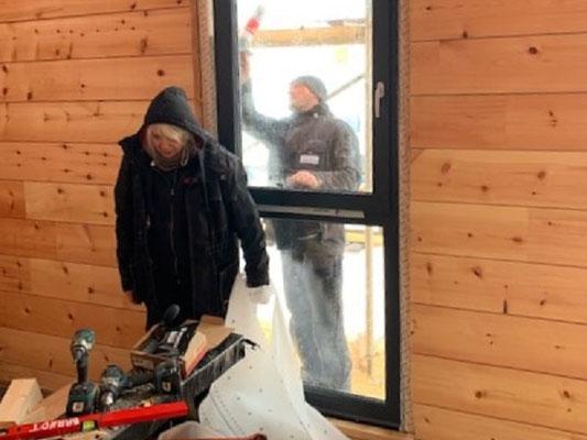 Blockhausbau - Fensterbauer bei der Arbeit