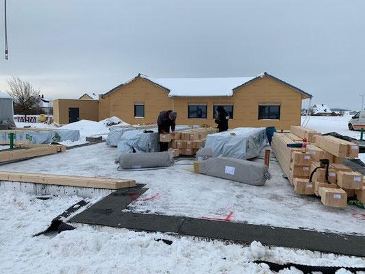 Baugrundstück  - Blockhausbau - Hier wird ein finnisches Holzhaus in massiver Blockbauweise gebaut - Blockhaus Baustelle in Bayern