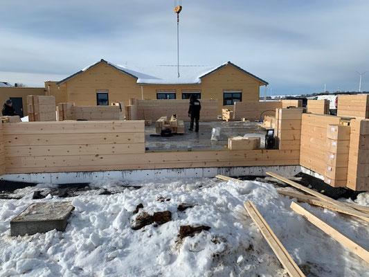 Holzbau Brandt aus Niedersachsen baut Wohnblockhäuser deutschlandweit - Holzhäuser in massiver Blockbauweise - Blockhaus Bauen  im Winter - Bungalow