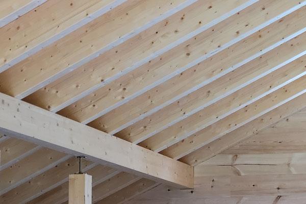 Wohnblockhaus - Dachkonstruktion mit sichtbaren Dachbalken und Aufdachdämmung