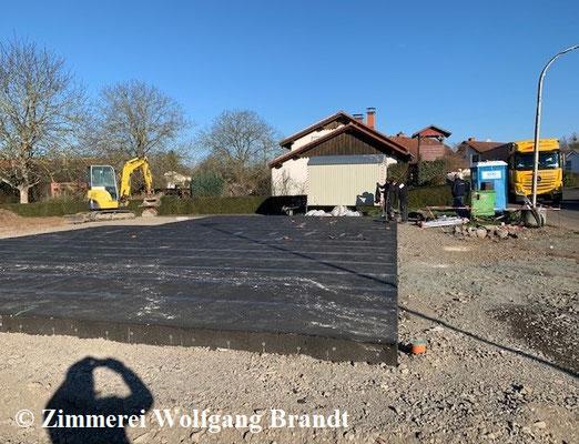 Grundstück - Blockhaus Baustelle - Fundament mit 35 cm Höhe ab Gelände wird das Haus gegen aufsteigende Feuchtigkeit und Spritzwasser optimal schützen - Technischer Holzschutz - Blockhäuser - Niedersachsen - Zimmerei