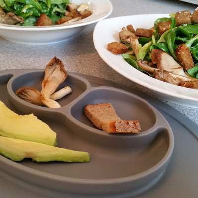 Avocado mit Feldsalat, gerösteten Austernpilzen und Butter-Croutons