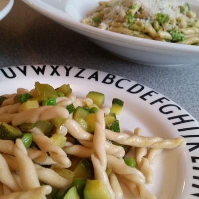 Dinkel-Strozzapreti mit grünem Gemüse und Rucola-Pesto