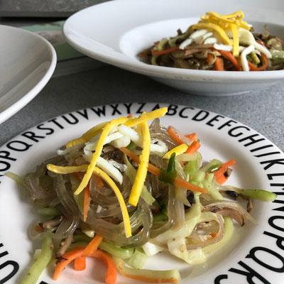 Japchae - koreanische Süßkartoffelnudeln gebraten mit Gemüse und Ei