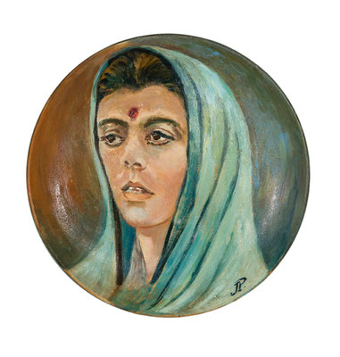 Ananda Moyi Ma (Madre saturada de gozo).  Óleo sobre cerámica (plato), diámetro 33,5 cm. Col. familia Macía Bonnet