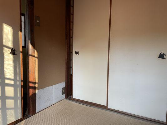 襖の鳥模様は、屋外の茶室に見立てているからで、締め切ると鳥が何羽も飛んでいるかの様。