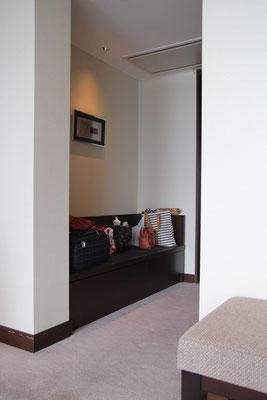 ソファやベット周りに手荷物が散乱しない様、隠れた場所に置けるベンチシートがありがたい。