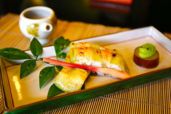 太刀魚と茄子の挟み焼。薩摩芋蜜煮の上には、かえるに見立てたカエル。カバに見えなくて良かったと微笑む仲居さん。