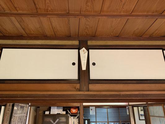 お札だけ柱に飾れば収納も確保できますね