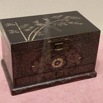 書物などを収納するための箱。螺鈿。天板に竹と鳳凰、側面に花円文と唐草模様。