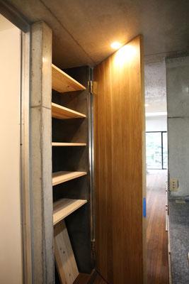 キッチンから洗面所へ繋がる扉は、収納庫の扉も兼ね揃えている一石二鳥。