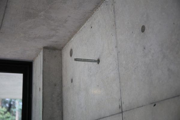 コンクリートの穴にはフックを付けられるそうです。