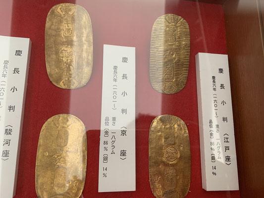 徳川家康の時代に金銀貨幣が統一。金の小判、美しい。