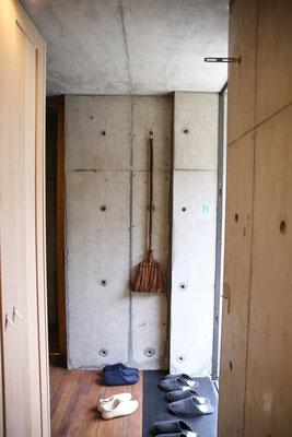玄関入って右にはほうきが吊り下げ収納
