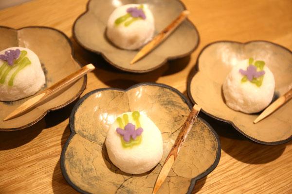 本日の茶菓は「あやめ」。器:三谷龍二さん