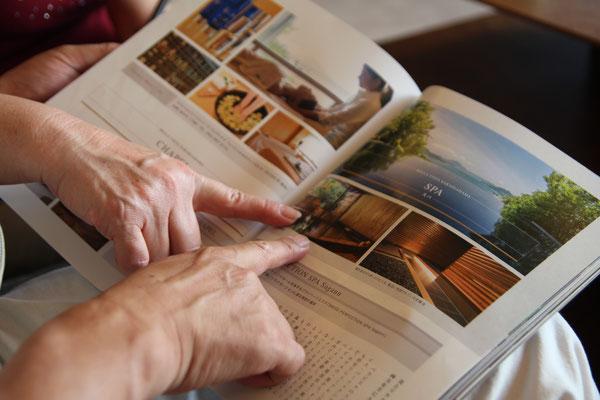 家庭画報2015年7月号。今年の夏泊まりたいホテル50に選ばれていました。この檜風呂、懐かしかった様です。