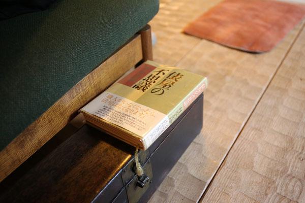 椅子の横には読みやすい位置に本が